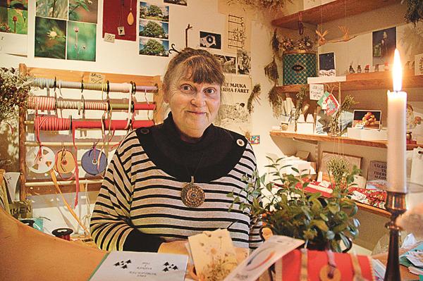 I 30 år har Lena Flyme anordnat Jul i Kinda och än har hon inte tröttnat. Kontakten med alla människor inspirerar! Men maken Bosse är viktig för att det hela ska fungera!