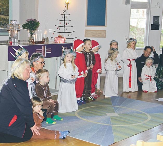 Förskolan Stjärnans charmiga luciatåg gladde besökarna i Björkhällakyrkan i Borensberg