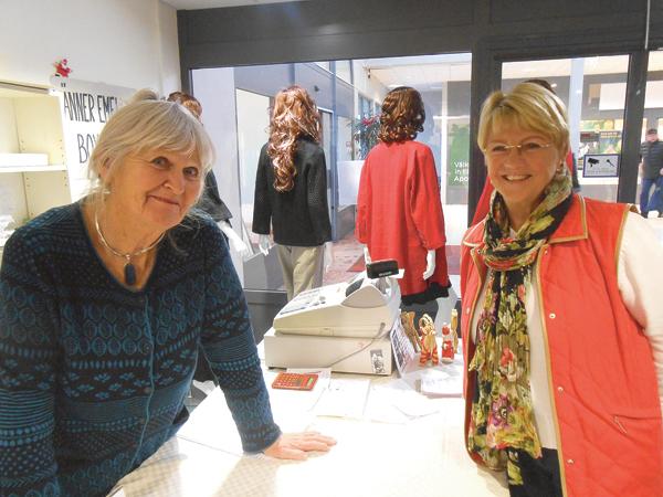 Kirsten Hackzell och Monica Flogén träffas här för att inleda eftermiddagspasset. Båda är engagerade i butiksarbetet och upplever att kontakten med kunderna är otroligt roligt.