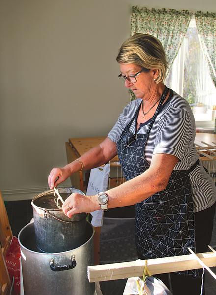 Birgitta Hultgren gör det första doppet.