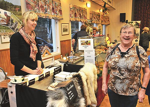 Anne-Marie Edkrantz har stannat upp och pratar gamla minnen hos Kristina Carlsson som säljer getost och killingfällar.