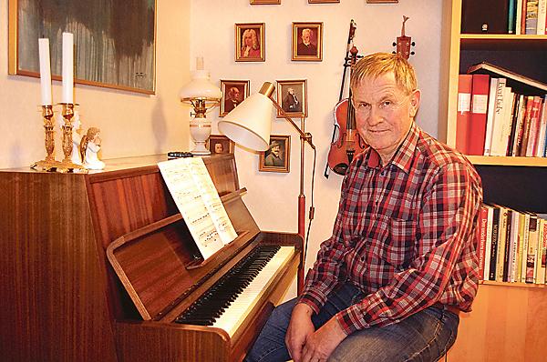 K-G Främberg, Kalle kallad, vid ett av sina arbetsredskap, pianot. Han har en yrkeskarriär som omfattar 43 år som kantor, skolkantor och lärare i Östra Ryd.