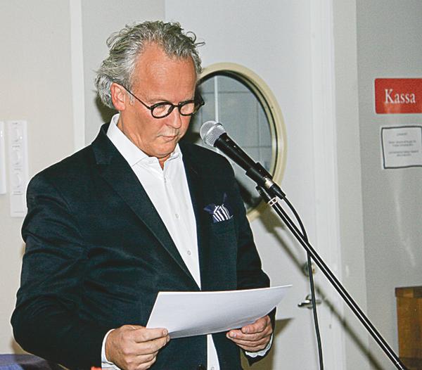Klas Östergren, som sedan ett år tillbaka innehar stol nummer 11 i Svenska akademien, läser från sitt manuskript. Ingen i publiken vill avbryta för att ställa frågor. Det han säger är för intressant.