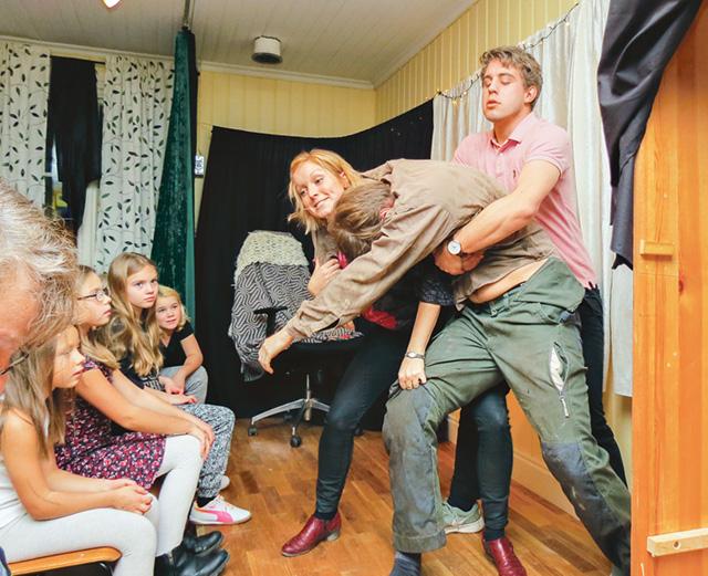 Här går det verkligen hett till – det liknar ingenting annat. Det är Jonna Hjelte, Mattias Johansson och Dennis Ottosson som agerar.