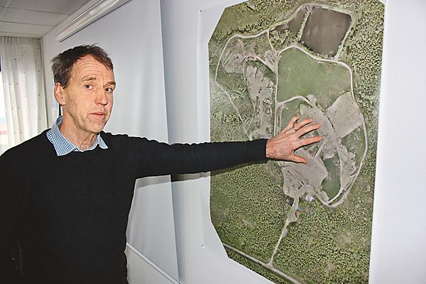 Vd för Åtvidabergs renhållning AB, Pär Ericsson, beskriver all verksamhet inom Korshults återvinningscentral med hjälp av ett flygfoto över anläggningen.