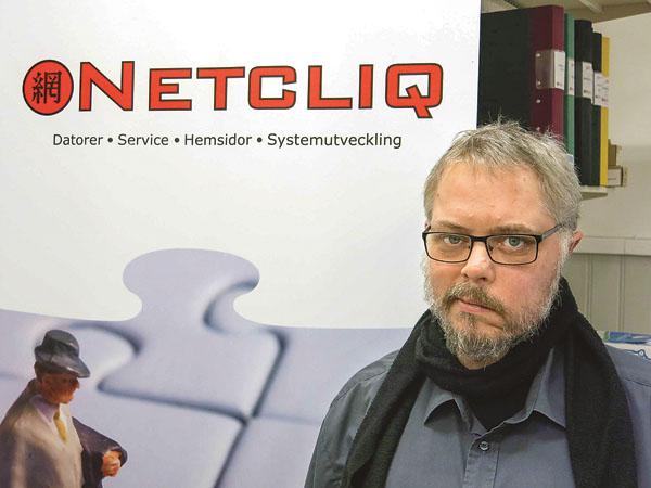 I slutet av 1990-talet sade Henrik M Carlsson upp sig från sitt arbete och öppnade datorbutik. Idag vet många vad de behöver och köper därför dator där det är billigast, men många föredrar tryggheten i att handla av Henrik på hemmaplan, och där de enkelt kan få hjälp och service när något krånglar. Henrik är redovisningskonsult också, vilket är grunden i företaget idag.
