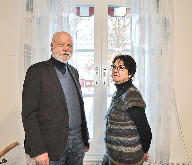 Peter Håkansson, institutionschef och Gun Kennerud, biträdande institutionschef. Genom fönstret syns en del av ladugården.