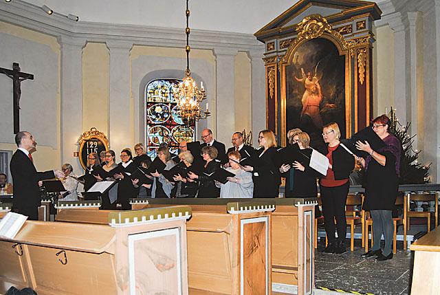 Körerna från Mjölby församling och Skänninge församling under ledning av Fredrik Alf bjöd på välklingande sång och intressanta sånger i ett urval från Carols vid Betlehem.