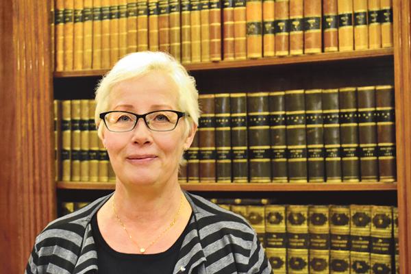 Att flytta ett helt bibliotek med alla böcker kräver en viss vana om de ska hamna på rätt plats i de nya bokhyllorna. Birgitta Hjerpe säger att det nya biblioteket i Skärblacka kommer att bli ortens kulturhus och läroplats.