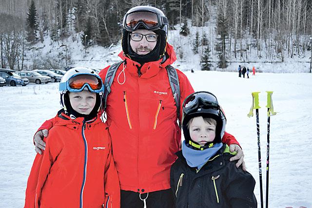 Kerstin, Magnus och Karl tycker det är bra att Yxbacken ligger nära Svärtinge för då blir det inga långa bilresor när de vill åka utför.