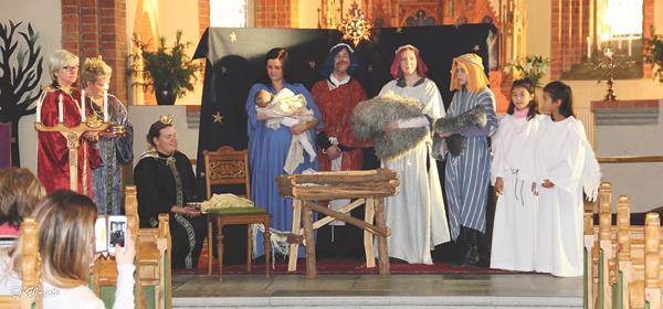 Familjegudstjänst med levande julkrubba i Hällestad kyrka den fjärde söndagen i advent.
