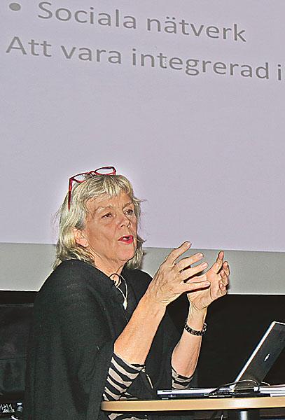 Margareta Kristenson redogjorde inledningsvis för vad Östgötakommissionen kommit fram till och vilka åtgärder de rekommenderar. Av texten bakom henne framgår att det även ur hälsosynpunkt är viktigt med sociala nätverk.