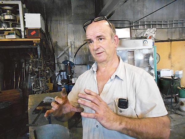 Gert Brink, glasblåsmästare, började redan som mycket ung arbeta med glas enligt hantverkstradition.