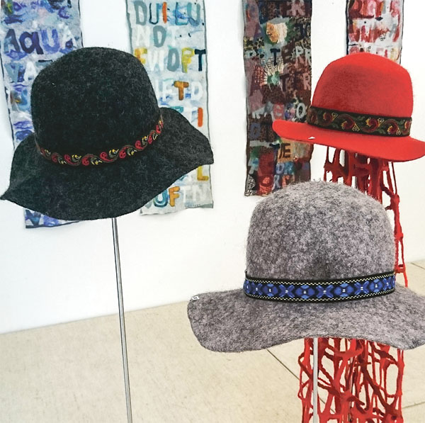 Tre våttovade hattar och en gallerhalsduk av Jorid Pedersen.