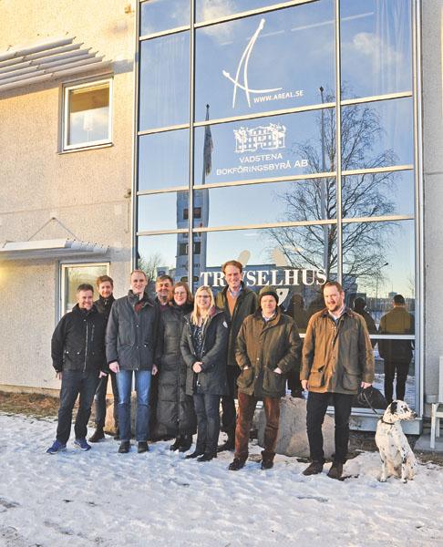 Nöjda och glada utanför det nya ändamålsenliga kontoret där Areal och Vadstena bokföringsbyrå flyttade in i november.
