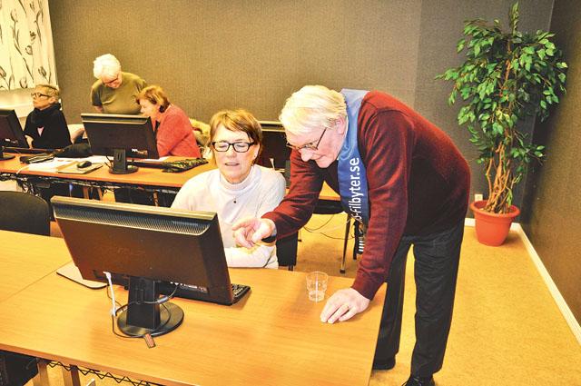 I forskarsalen visade Torbjörn Wahlström, utbildningsansvarig, besökaren Ann Björklund några knep för att komma vidare.