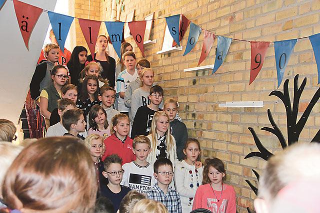 Eleverna utförde sånguppvisning i trappan flera gånger under dagen.