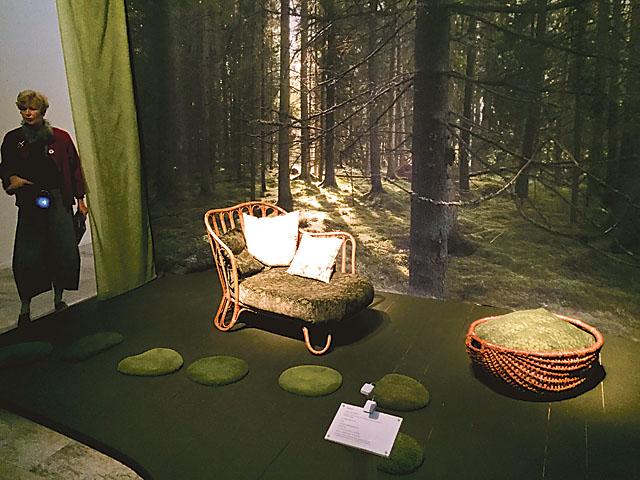 Under rubriken Naturen förenar hade biologen och formgivaren Ulrika Krynitz, verksam i Ödeshögs kommun, gjort iscensättningar där hon kombinerat Chamberts möbler med konst och textil som hon själv skapat.