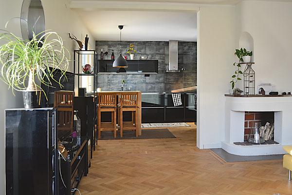 Öppen planlösning ger rymd åt kök och vardagsrum.