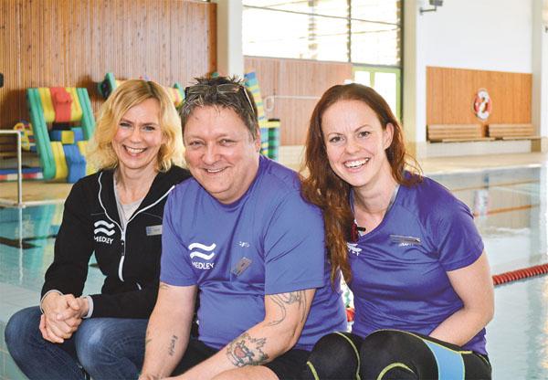 Evelina, Kent och Johanna är ständigt närvarande vid badet i Arena Grosvad.