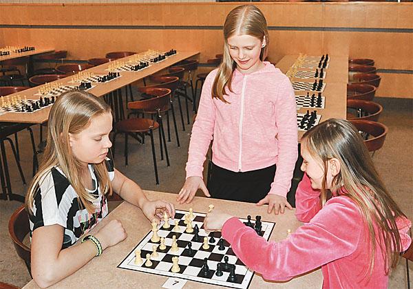 Clara, Ingrid och Elin från Malm slättskolan Kärnas klass 4A tränar i pausen.