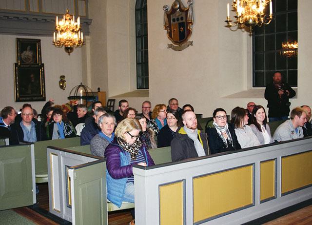 Många hade samlats i Mogata kyrka, enligt uppgift ca 200 personer.