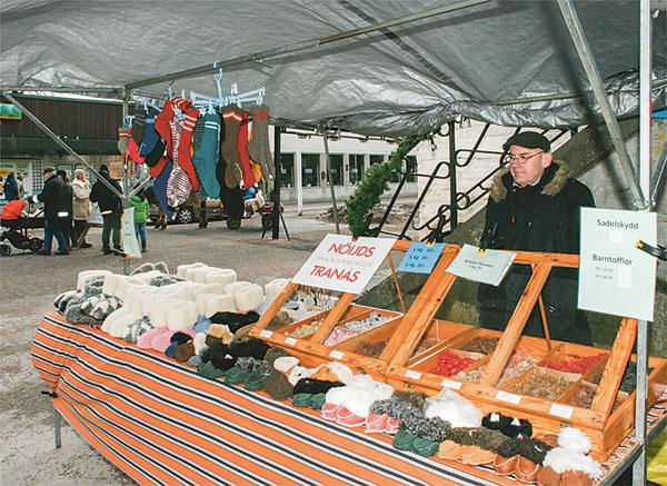 Peter Nöijd är här för fjärde året, säljer både godis och ulltofflor. Han åker på småmarknader 50 dagar om året.