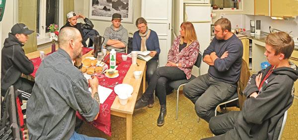 Ledare och några ungdomar samlade i fritidsgården Ringarum när det var informationsmöte.