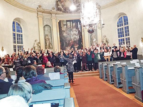 Det blev riktigt tryck i sången när alla medverkande under sång- och musikkvällen tillsammans sjöng Sträck ut din hand.