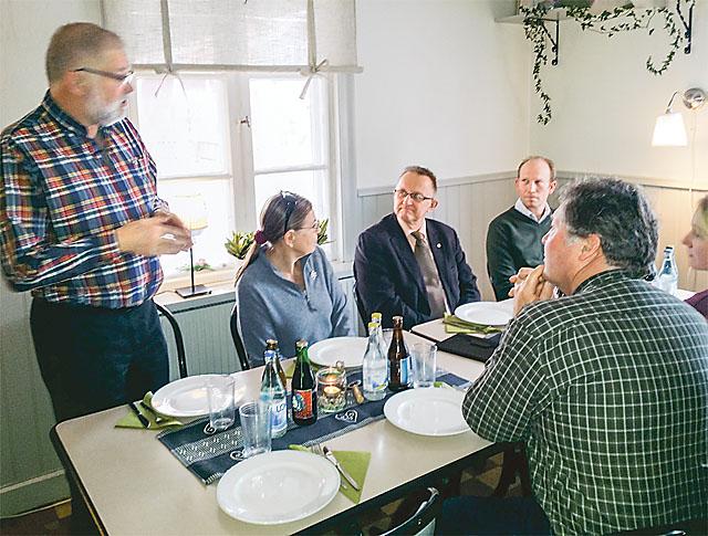 Sven-Inge Karlsson hä? lsade vä? lkommen från vänster Inga Arnell Lindgren, Staffan Danielsson, Michael Hübsch och, med ryggen mot kameran, Anders Andersson.