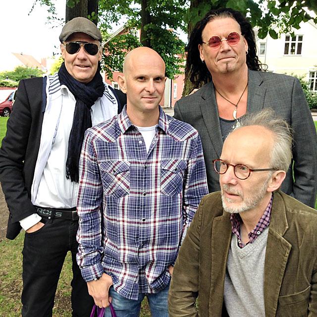 Jimmy Uller tillsammans med några av de lokala musiker han ofta spelar tillsammans med. På långfredagen spelar Jimmy Ullers bluesrockband med Mats Ronander i Sporthallen i Åtvidaberg. Den 9 april kommer de till Palatset i Linköping.