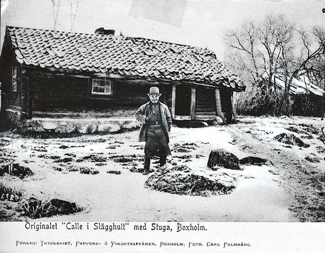 Det togs fram vykort med Kalle i Slägghult som motiv. Här står Kalle framför sin lilla stuga där han levde och avled 1906. När myndigheterna kom för att hämta honom hade han legat död i stugan i flera dagar. Han ville inte föras därifrån.