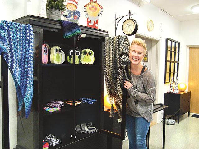 Flytten hit till Storgatan blev ett riktigt lyft, säger Sabina Palm och öppnar uggleskåpet.