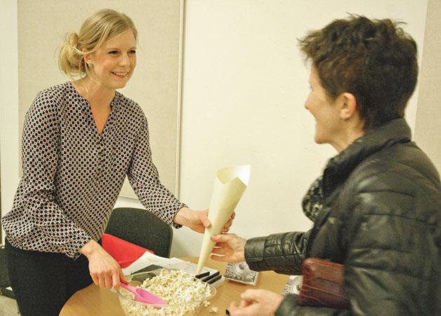 Sofia Fälth bjöd besökarna på det lokalhistoriska filmsläppet på popcorn.