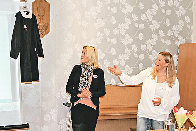 Helena Mellberg, till vänster, och Malin Lorin visade bland annat en italiensk skoluniform.