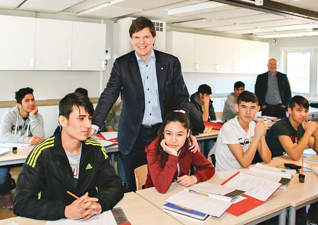 Andreas Norlén bland nyanlända elever i en mottagningsgrupp.