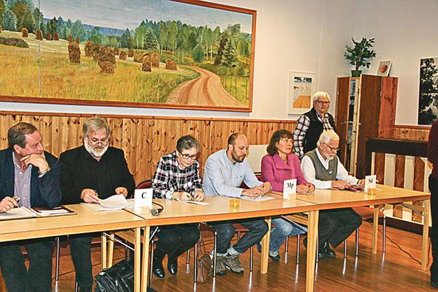 Bengt Gideskog (M), Roger Silver och Gunni Karlsson (C)), Joakim Haraldsted och Christina Bryntesson (MP) och Björn Ribers (SD) vid politikerbordet.