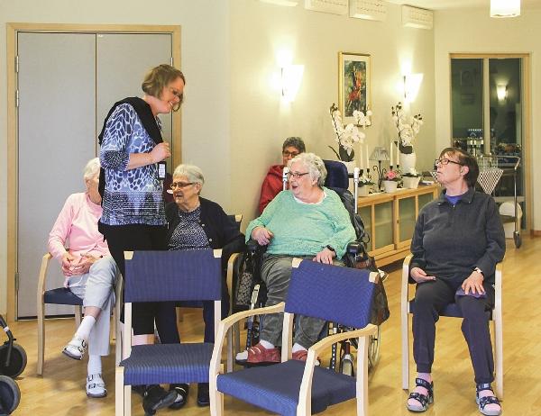 Elisabeth Fransson Adolfsson gick ut bland publiken på vårdboendet Strömsborg, så åskådarna fick känna ordentligt på kvaliteten.