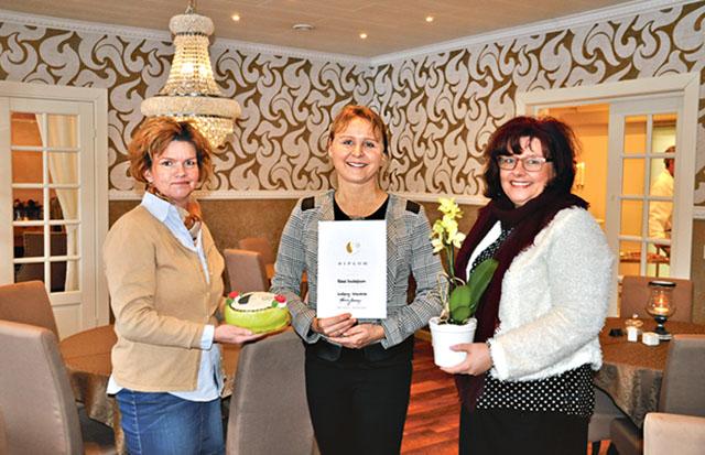 Karin Jonsson och Birgitta Gunnarsson uppvaktar Rakel Gustafsson (mitten) med tårta, blomma och diplom på Internationella kvinnodagen. Rakel är beviset på att man med egna idéer och mod kan komma väldigt långt.