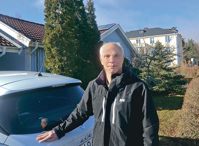 professor Peter Fritzson i Malmslätt som nu använder solenergi till både villan och bilen
