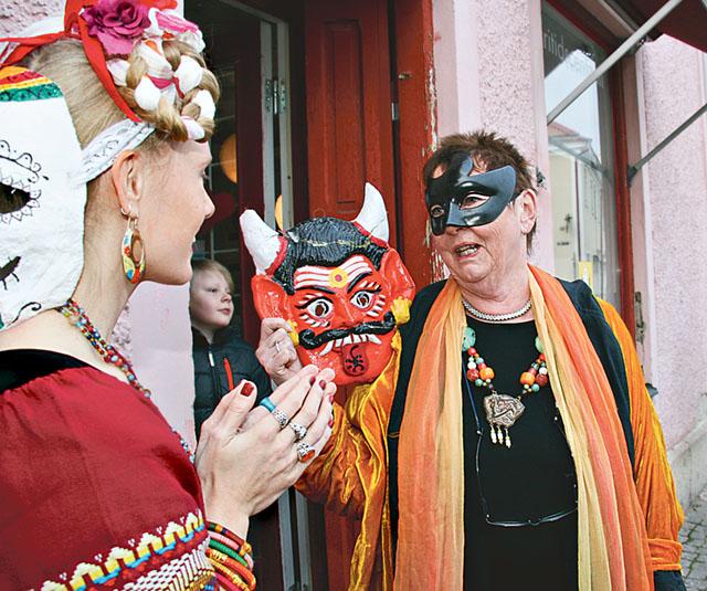 Linn Carlehed, nyinflyttad Vadstenbo, och Berit Johansson, glaskonstnär, utanför Fritidscentrum.