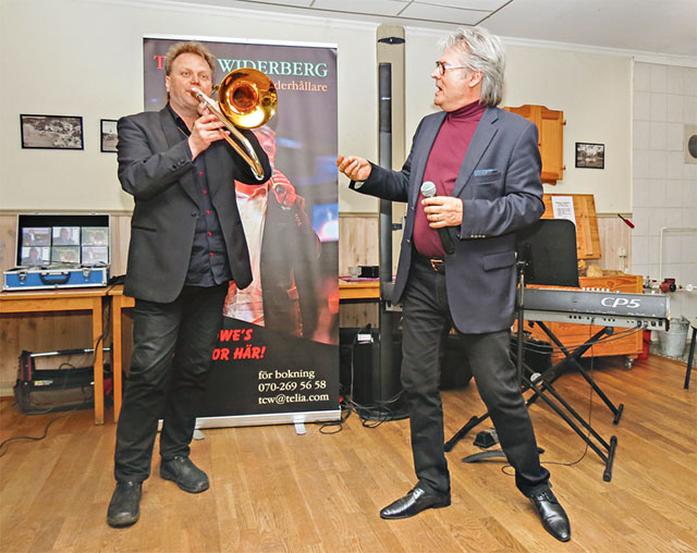 Här spelar Roland Engdal ett trombonsolo påhejad av Towe Widerberg vid deras uppskattade framträdande på Ekbacken i Tryserum.