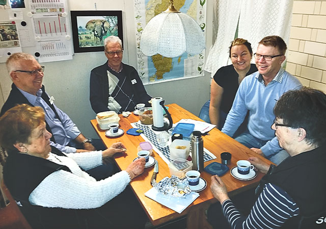 Glada medarbetare i Hestra. Annikki och Karl-Erik Hagströ̂m till höger.