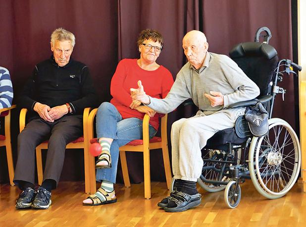 Olle Käll heter mannen i rullstolen. Han fyller 101 år i augusti, men är hur pigg som helst och deltager med liv och lust