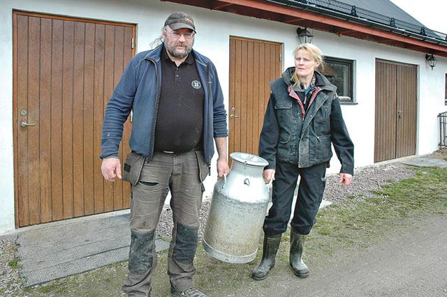 Syskonen Lars-Rune och Brittinger Pettersson på Skräddarhemmets gård i södra Kinda har tilldelats LRF Mjölks guldmedalj för att ha levererat mjölk av högsta kvalitet i 23 år