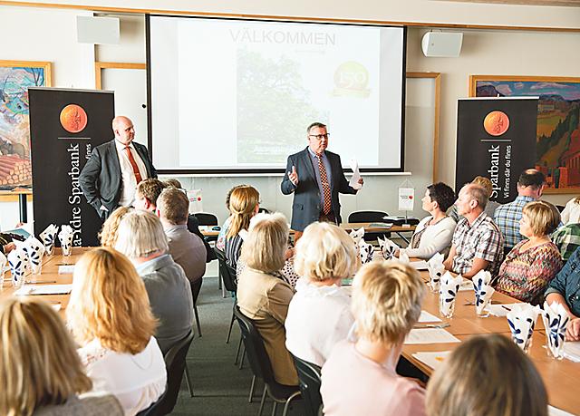 På bilden ses Kinda-Ydre sparbanks vd Johan Widerström (till vänster) och styrelseordförande Eilert Andersson. Bild: STEFAN HOLGERSSON