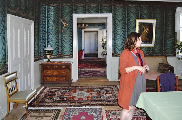 I husets stora salar samlar Maria sina vänner när det är fest.
