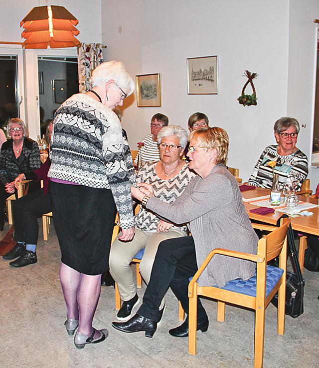 Anne-Marie Gehlin visar en stickad tröja i Delsbomönster som gästerna fann spännande.