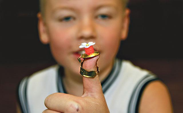Gränslöst skapande. Henry Kinnmalm visar sin ring – med lock.