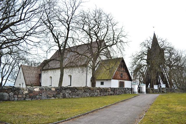 Kullerstad kyrka byggdes av bönderna och invigdes under 1200-talet.